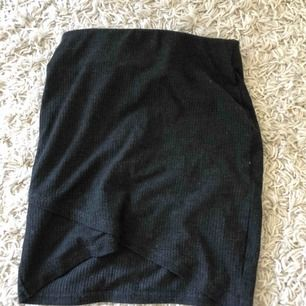 Mörkgrå ribbad kjol med slits. Från Bik Bok, frakt tillkommer