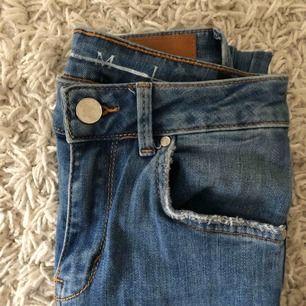 Högmidjade slitna jeans från Never Denim, använd 1-2 gånger. Frakt tillkommer