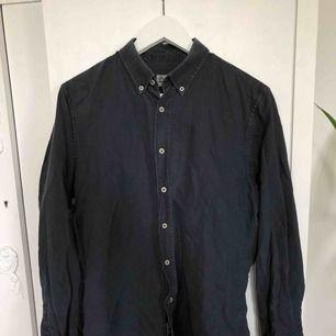 Favoritskjorta, tyvärr vuxit ur den. Superbekvämt material, snygg svart/mörkgrå färg.