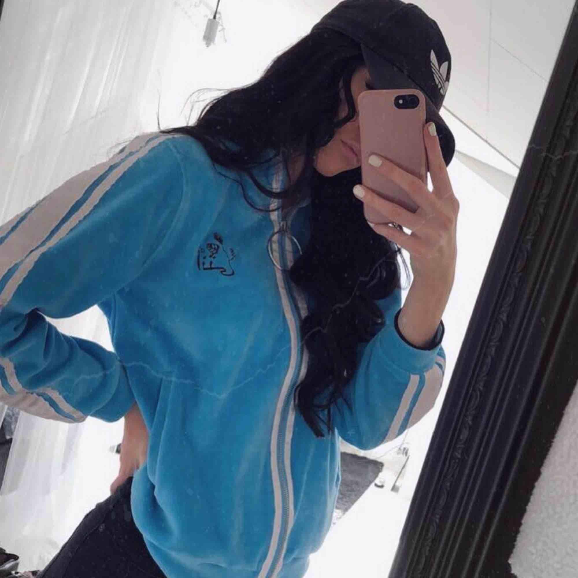 Blå fin tröja från madlady, använd några få gånger, säljer pga att jag inte använder den så inget fel på själva tröjan 🦋. Huvtröjor & Träningströjor.