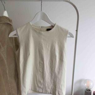 Söt topp med mockaliknande tyg från märket Plein sud jeans! Står ingen storlek men ungefär 36/38! Möts upp i Malmö! 💖