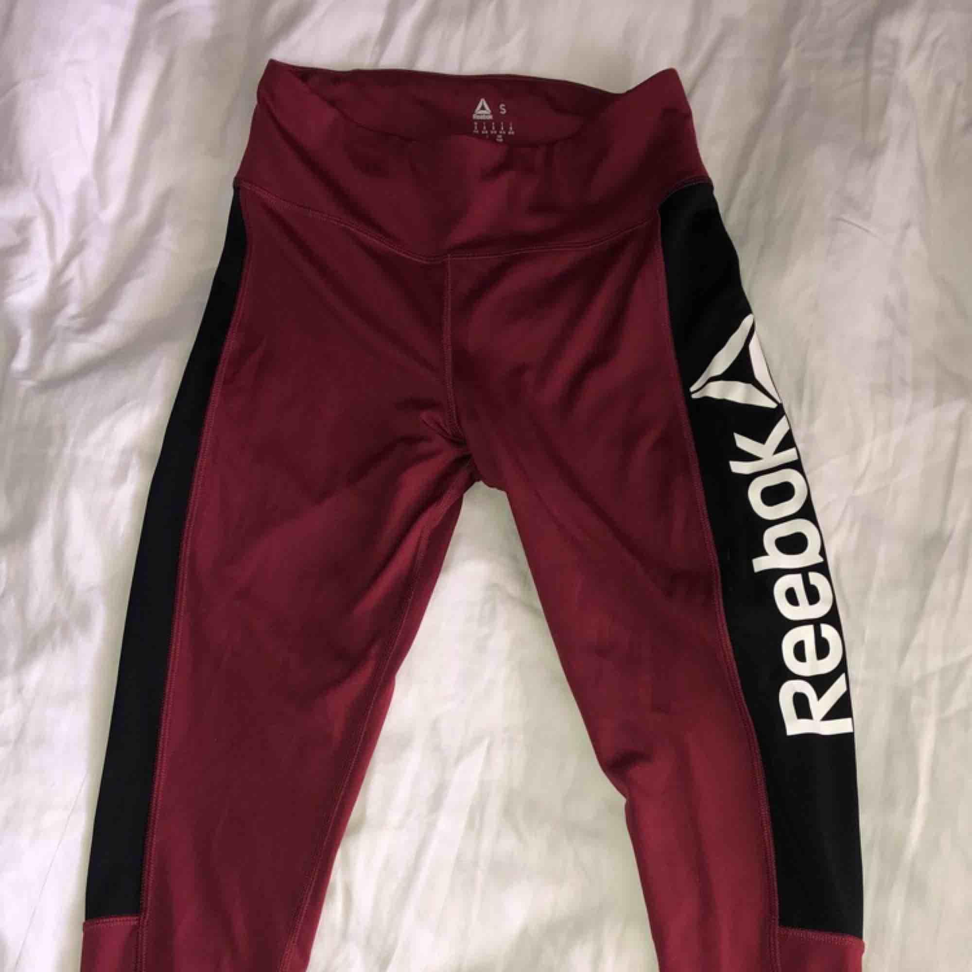 Röda Reebok tights, använt 1 gång, storlek S men skulle säga att det passar M bättre i midjan 🌸. Övrigt.