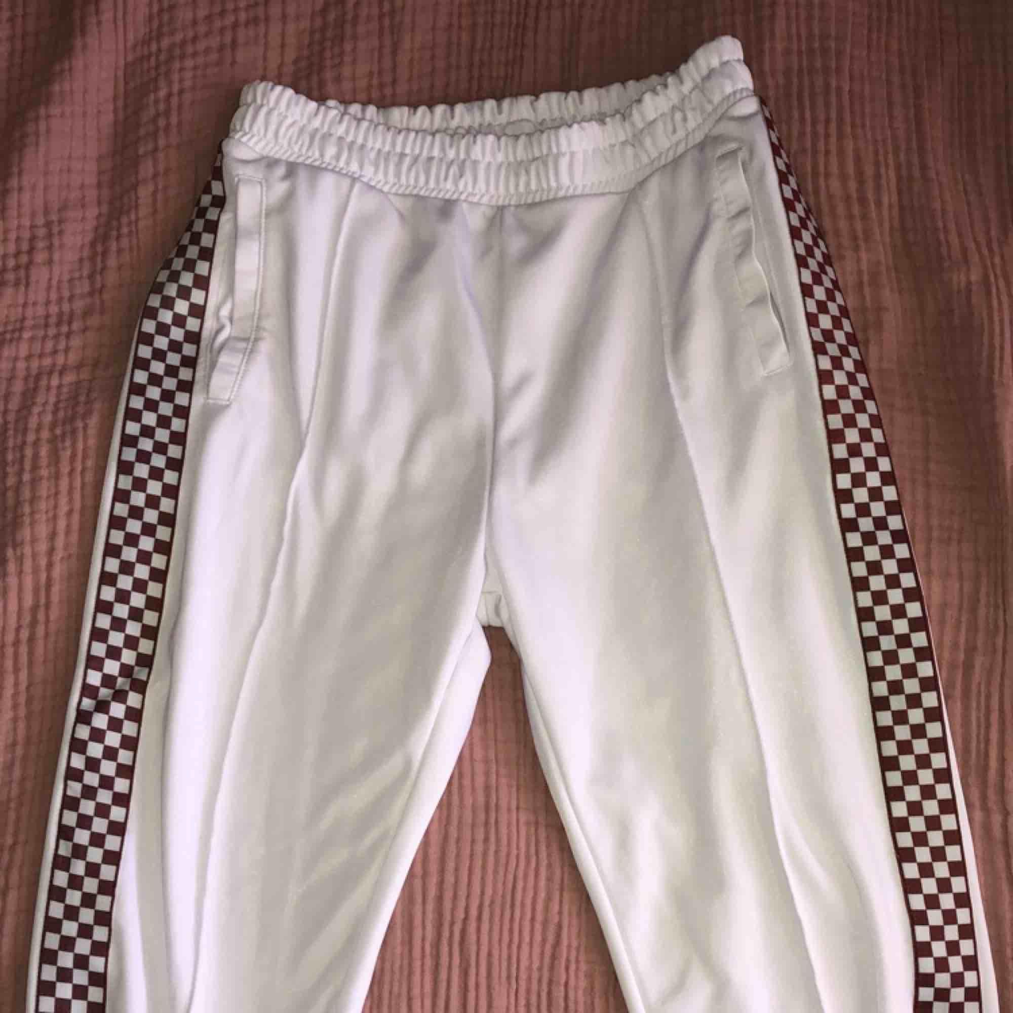 Vita byxor från Junkyards egna märke som tyvärr missfärgats på sidan, det var svart men blev brunt som man ser på andra bilden. Annars är den i bra skick . Jeans & Byxor.