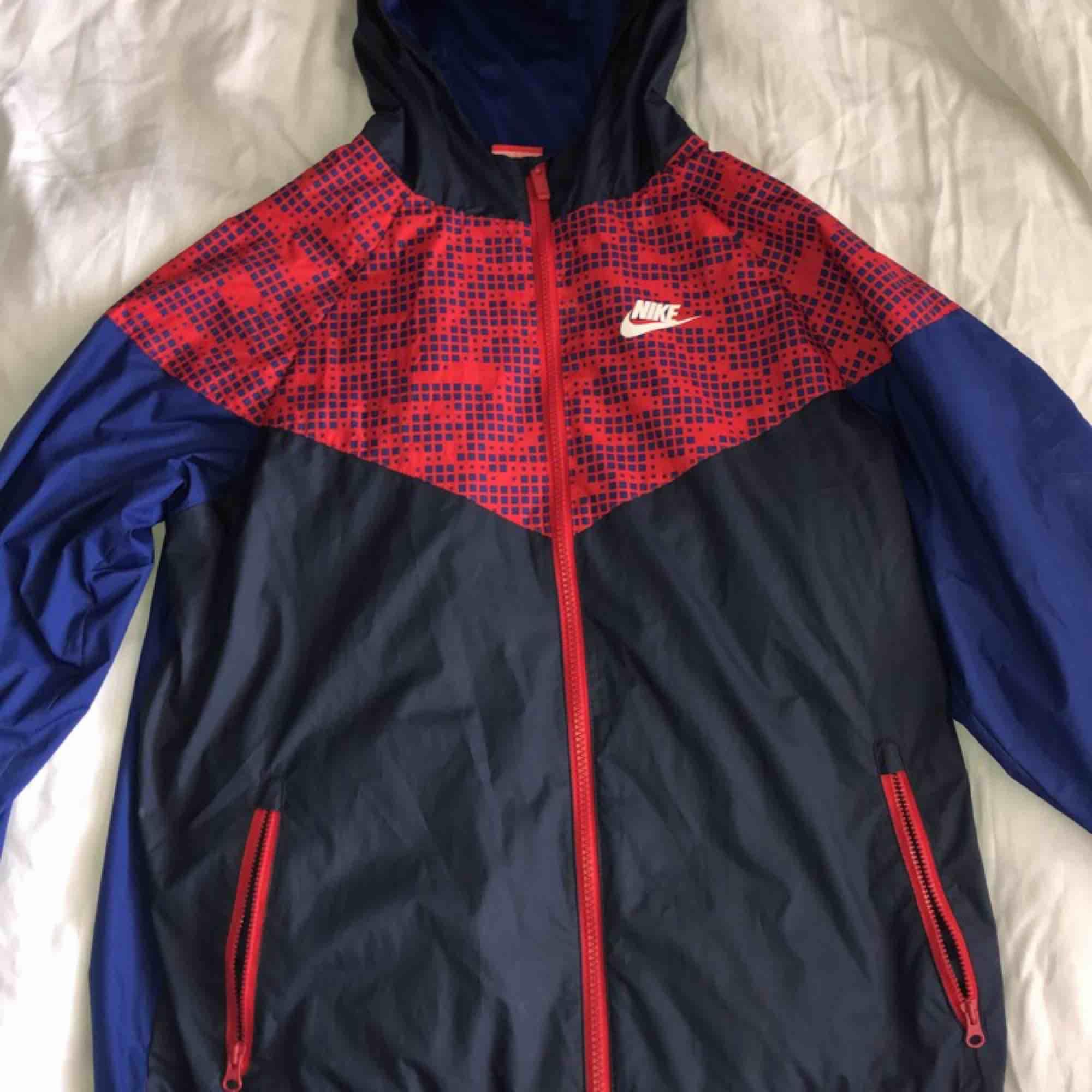 Jacka från Nike som passar i alla väder, köpt från barnavdelningen så storleken är xl i barnstorlek från stadium men passar som en S/M ✨. Jackor.