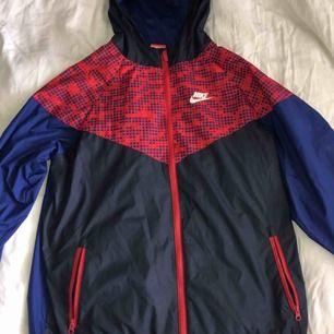 Jacka från Nike som passar i alla väder, köpt från barnavdelningen så storleken är xl i barnstorlek från stadium men passar som en S/M ✨