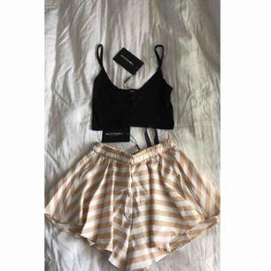 Oanvänd shorts-kjol och linne från pretty little thing, storlek 34 i shortsen men skulle säga de är mer som 36, säljer båda för 100kr eller kjolen för 85kr och linnet för 30kr