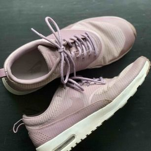 Säljer mina Nike air max Thea då dom aldrig kommer till användning pga för stora:( Verkligen så snygga och jättebekväma! Har inga fläckar eller liknande. Sitter som en normal 38! Skriv för mer bilder! Frakt tillkommer, KRAM💕💕🤩