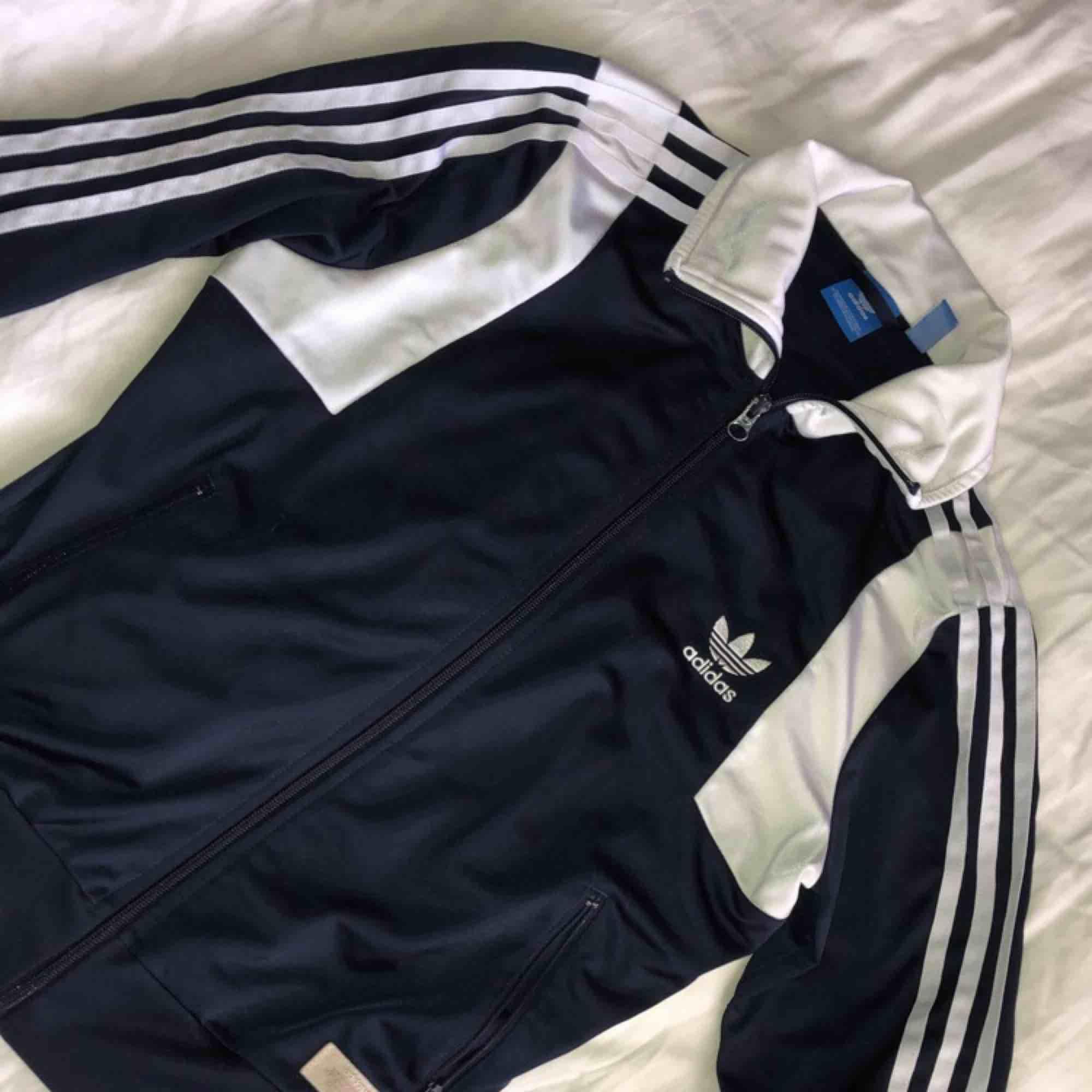 Adidas kofta i fint skick 🦋. Huvtröjor & Träningströjor.