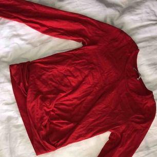 Röd långärmad lite croppad topp, använt fåtal gånger