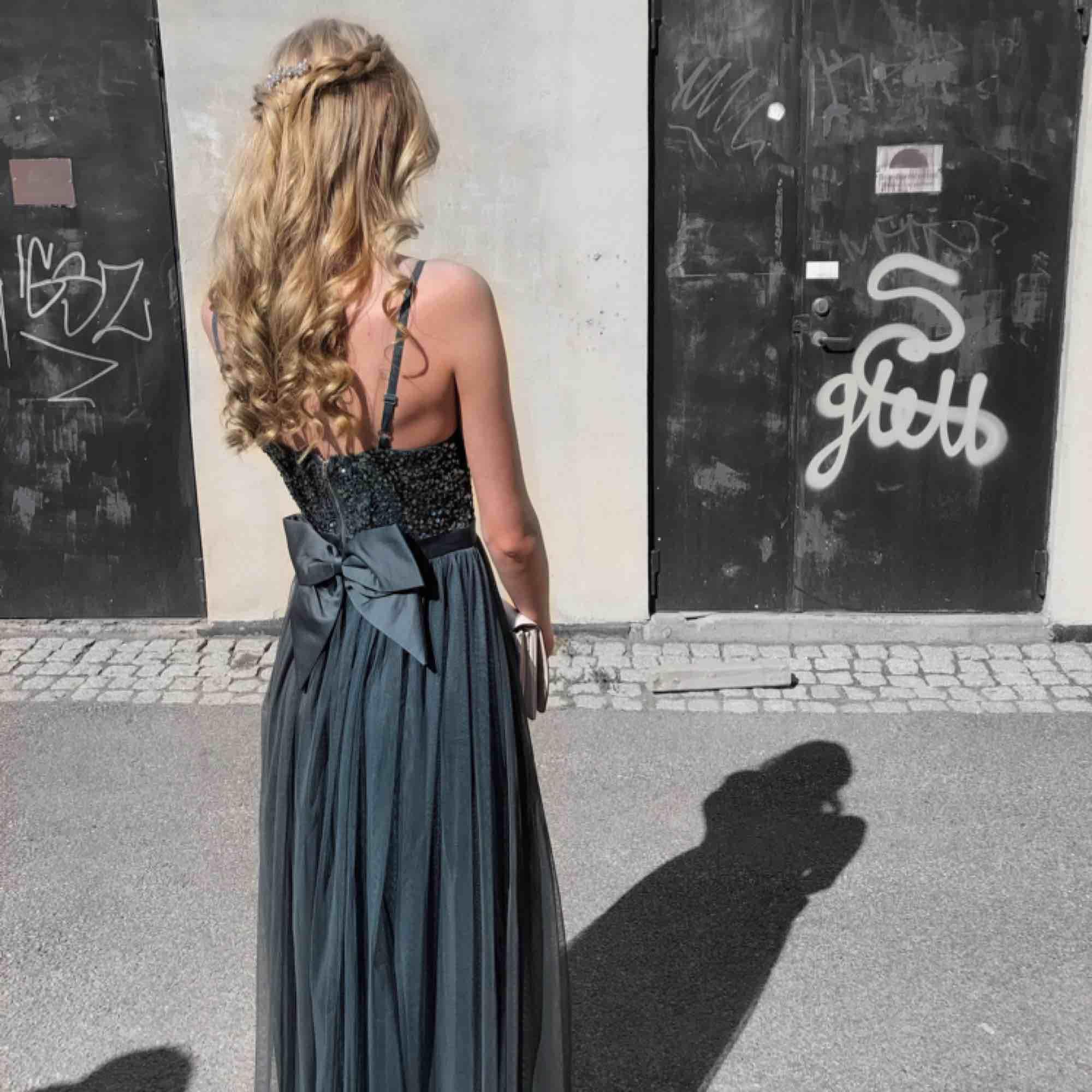 Grön/blå/grå klänning som jag använt 1 gång på min bal, fint skick, jag är 180cm och klänningen gick precis ner till marken. Nypris 999kr . Klänningar.