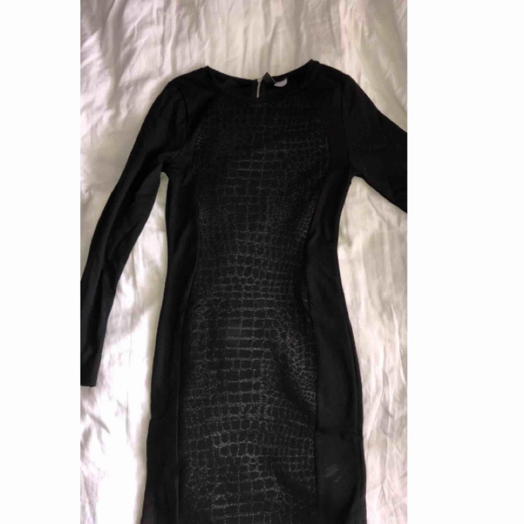 Snake print klänning, fint skick från H&M använt 1 gång . Klänningar.