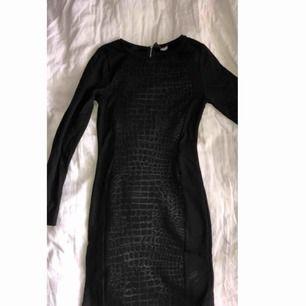Snake print klänning, fint skick från H&M använt 1 gång