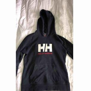 Helly Hansen hoodie i mörkblå, ser urtvättad ut men den ska vara så, fint skick
