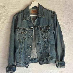 Jättecool vintage jeansjacka från Levi's. Storlek M men sitter även jättesnyggt ocersized på mig som har S. Pris: 500kr + 95kr frakt💗💗💗