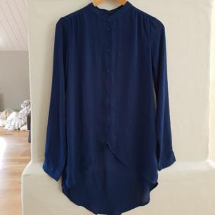 Genomskinlig blå blus/skjorta från