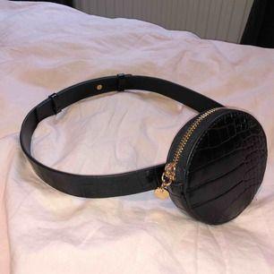 Midjebälte i ormskinn mönster och guldiga detaljer, liten väska (plånbok) och reglering bak. FRI FRAKT