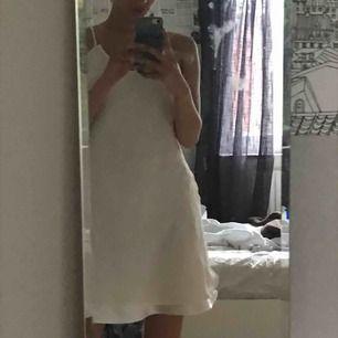världens finaste klänning köpt här på plick. fint skic, säljs pågrund av att jag helt enkelt inte är en klänningmänniska. assnygg att matcha med docs! priset inkluderar frakt