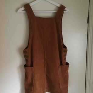 Jättefin, ljusbrun hängselklänning i manchestertyg! Köpt på Urban Outfitters ett tag sedan och den har bara använts någon enstaka gång, så den är som nyskick!  Frakt tillkommer🌼
