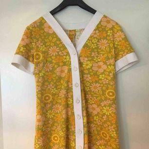 """Superduper fin retro klänning i mjukt bomullstyg! Perfekt på en varm sommardag⭐️ kan oxå användas som en kortärmad """"kappa""""! Ena knappen har lite sprickor i sej, men är hel och inte så skör!"""