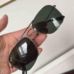 Raybans, helt nya för jag använder aldrig solglasögon... lätt gröna i tonen, asfina.