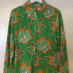 Jättejättefin 70-tals skjorta med supersnygga kragar! Köpt begagnad, men då var den helt oanvänd. Har endast använt 1-2 gånger!   Frakt tillkommer🌼