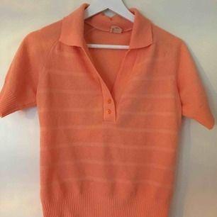 Fin persikofärgad tröja i frotté! Jättefint begagnat skick! Frakt ingår ej i priset🌼