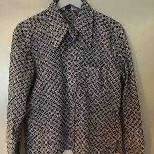 Jättefin 70-talsskjorta i polyester! Jättefint begagnat skick :) frakt ingår ej i priset🌼