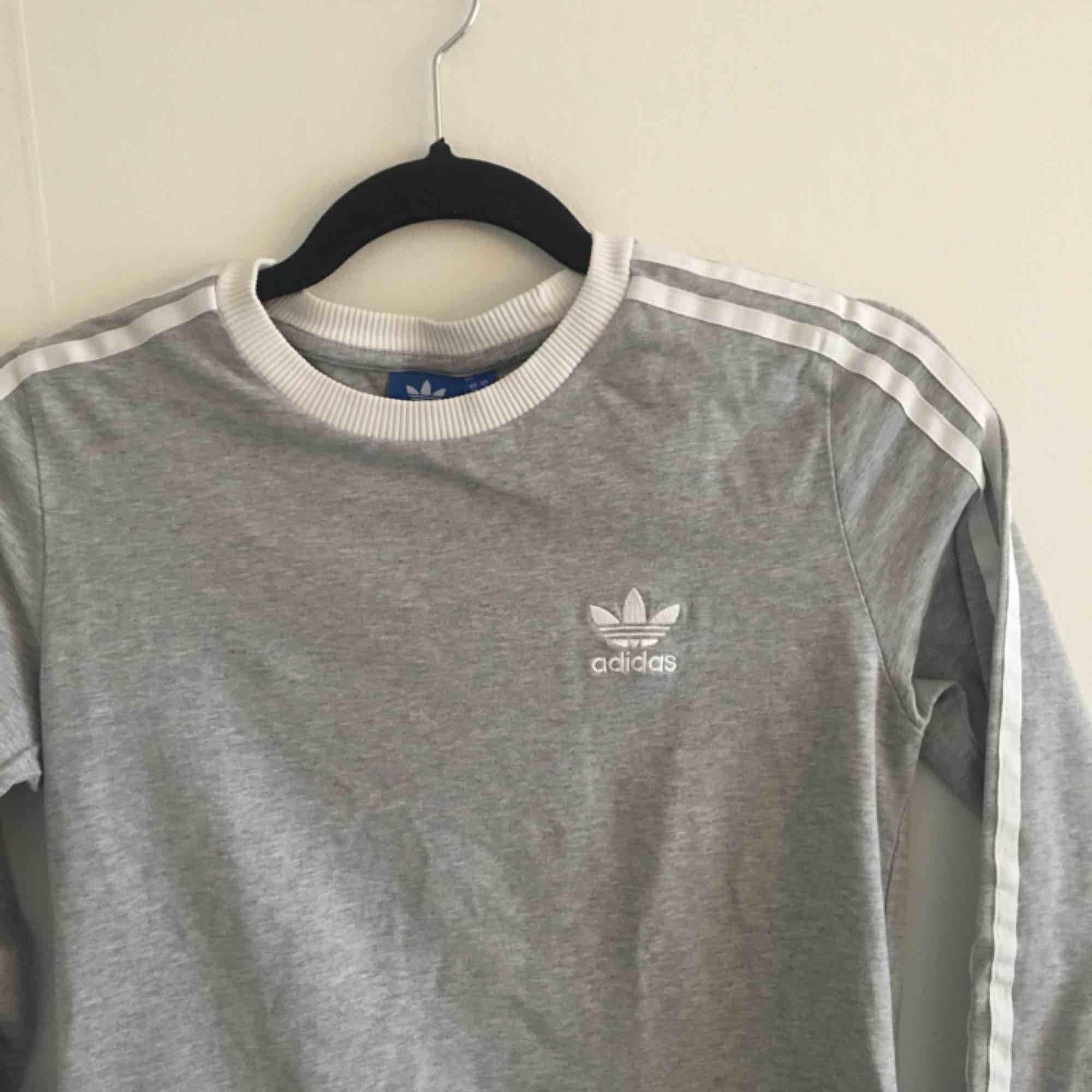 klassisk snygg långärmad t-shirt från adidas. bra skick. T-shirts.