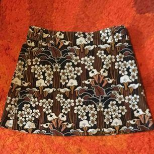 Såå fin kjol i manchestertyg! Använd ett fåtal gånger, så jättebra skick! Finns även hylsor till skärp💖 frakt ingår ej i priset!