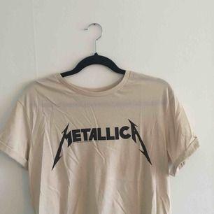 cool metallica tshirt:) har sytt upp ärmarna för att få ett veck