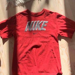 Supersnygg retro Nike T-shirt som jag säljer då den tyvärr är för liten. Köpt från beyond retro. Det står på den att det är en L men jag skulle säga att den sitter mer som en XS. Köparen betalar för frakt. :)