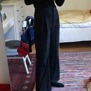 Säljer dessa knappt använda kostymbyxorna ifrån monki! Är i jättefint skick :)) Köparen står för frakt eller så kan jag mötas upp på söder 💖