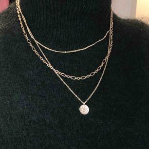 Fint guldigt halsband från H&M! Inte använt många gånger :) fint skick, köparen står för frakten 🥰