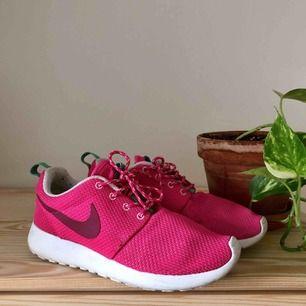 Nike Roshe run sparsamt använda, sulan är lite smutsig men det går att skrubba bort.
