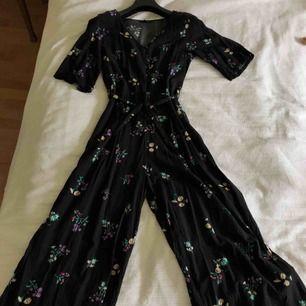 Blommig jumpsuit från Monki. Köpt förra året och använd en gång. Säljer den pga den är för liten. Möts upp i Stockholm, annars betalar kunden frakt. Jag tar endast swish, inga kontanter.