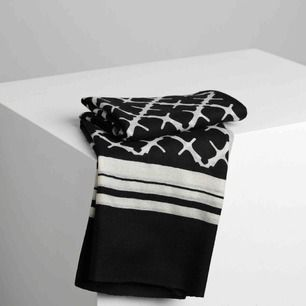 Säljer en halsduk från Malene Birger. Köptes i somras. Nypris 1000.