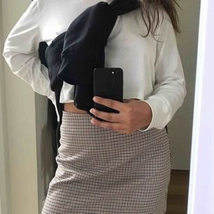 🌼Säljer kjolen pga för stor för mig. Köpt på MONKI, använd endast några gånger. Storlek S🌼 köparen står för frakt