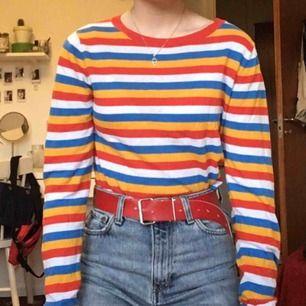 Randig tröja från MONKI i mycket fint skick. Muddar på ärmarna och nertill! Jag kan både mötas upp i Stockholm och posta, men köparen står då för frakten :)