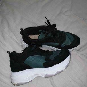 Supersnygga chunky sneakers från NAKD. Endast använda några enstaka därav smutsiga på undersidan. Kan fraktas mot 90kr eller hämtas upp i klippan