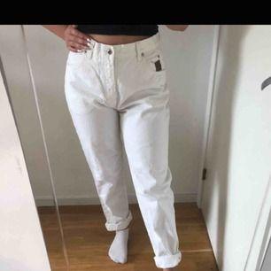 Mom jeans i strl M, 190 kr inklusive frakt, pris går att diskutera!