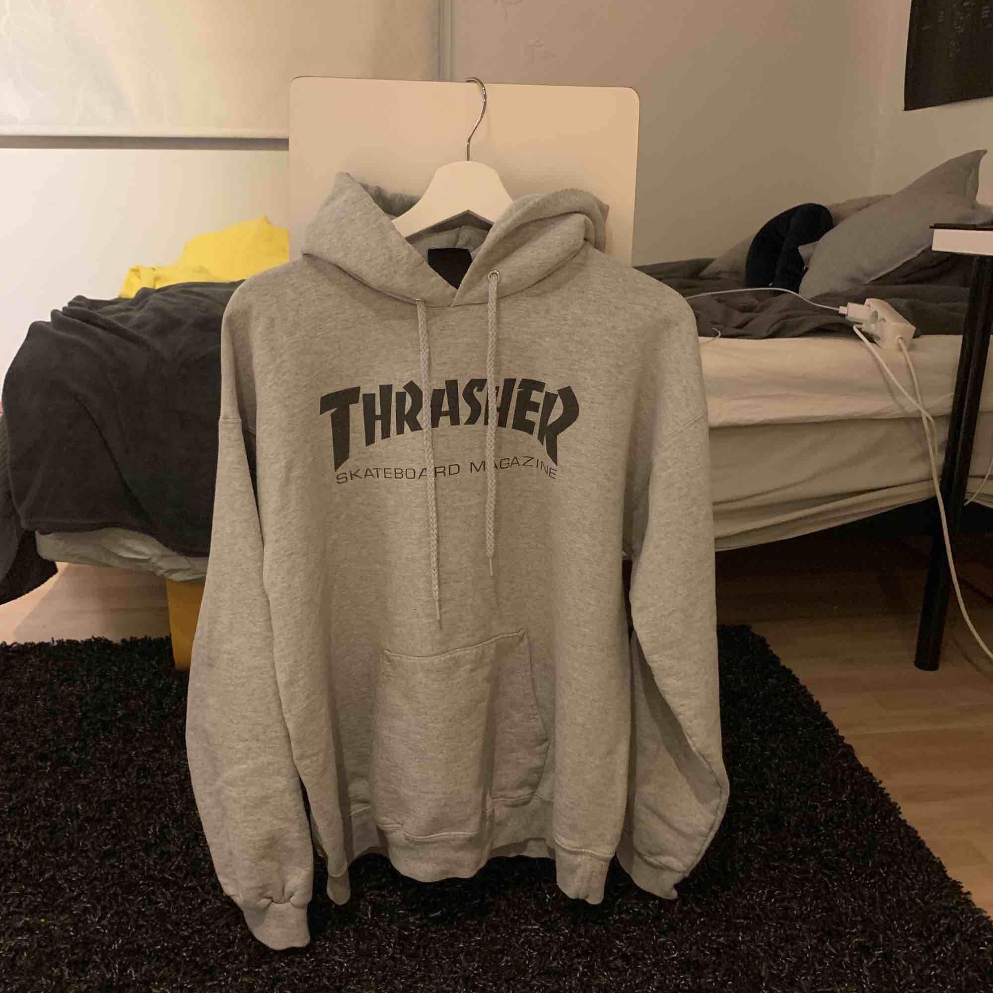 Äkta Thrasher hoodie, väl använd men fortfarande i fint skick!! Köparen står för frakt. Huvtröjor & Träningströjor.