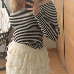 Super snygg och trendig tröja med svarta och vita ränder! Halvt off-shoulder! 🦋