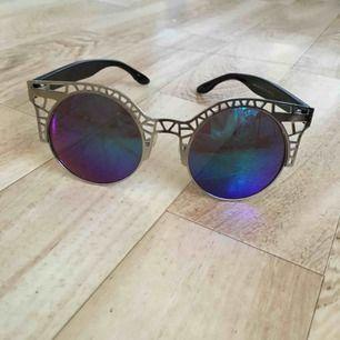 Flummiga runda solglasögon från Monki! Rätt använda och möjligen någon repa men superhäftiga ändå!