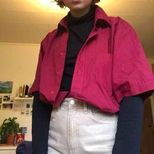 Säljer denna over size skjortan som kommer från Beyond Retro. Den är i mycket fint skick och ser oanvänd ut! Den är fin både instoppad och utstoppad:)) Köparen står för frakt eller så kan jag mötas upp på söder 💖