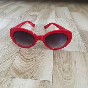 Röda brillor inapirerade av de vita Kurt Cobainglasögonen. Köpta på New Yorker men aldrig blivit använda sedan dess.