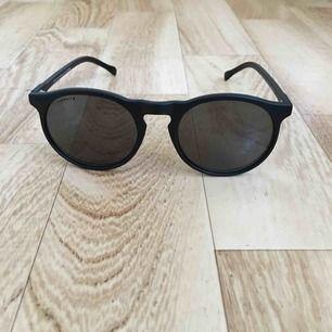 Sjukt clean riktigt mörka solglasögon från Granite. Svensk design med mindre glas och tunnare båge. Aldrig använda men litelite scratch på ena glaset. 😎