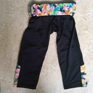 :) Hej varmt välkommen jag säljer här leggings  från H&M DIVIDED i storlek Medium postar endast allt jag säljer eftersom jag helt enkelt inte har tid till att mötas upp. Betalning sker via swish. I priset ingår såklart frakten :)