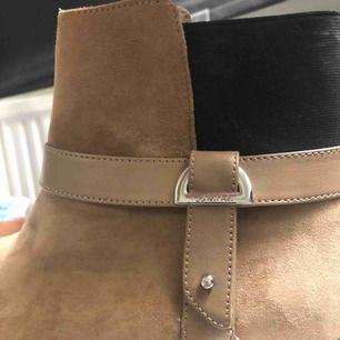 Calvin Klein skor, äkta köpta från USA och använd 2-3 gånger Storlek 39 dock passar bättre för 38