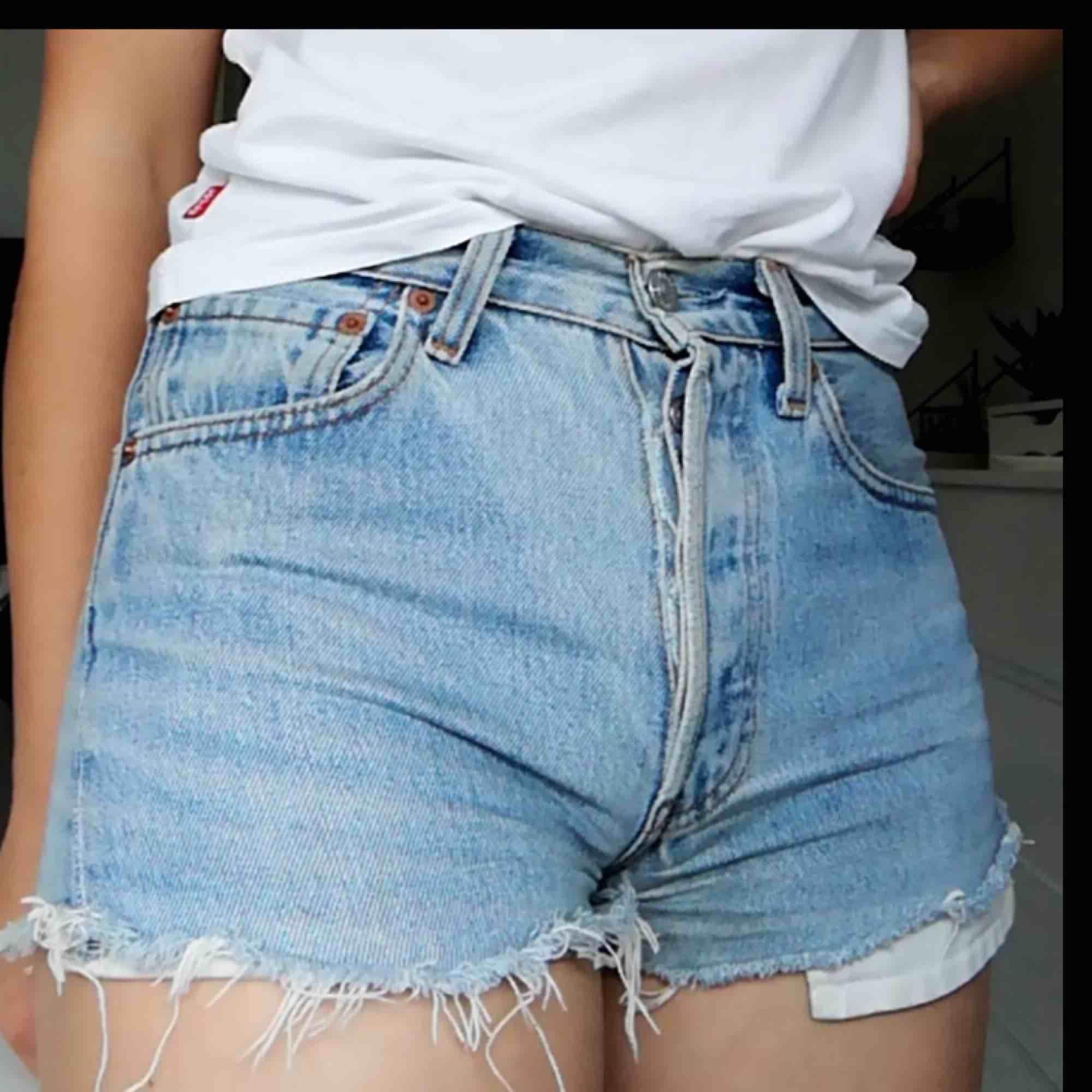 Shorts från Levis i fint skick. Aldrig använda av mig. Säljs för att de är för små. Kan frakta eller mötas upp i Stockholm.. Shorts.