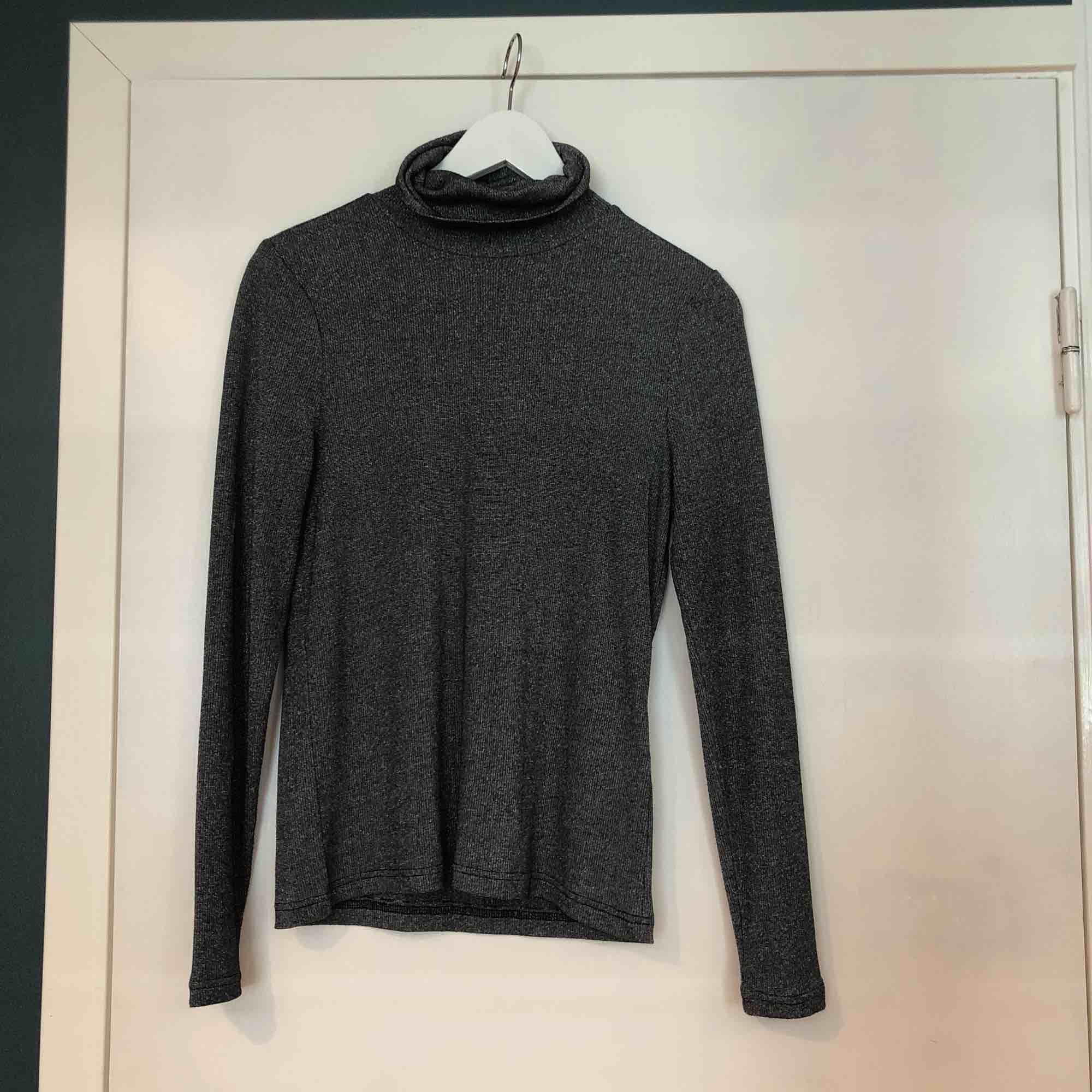 Grå/glittrig tröja från Vero Moda.  Använda 2 gånger   Köparen står för frakten Kan mötas upp i GBG/Mölndal. Tröjor & Koftor.